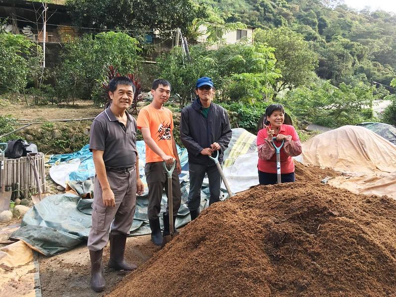 為在新竹芎林推動海梨柑友善生產計畫,台灣環境資訊協會積極串連社區居民,共同製作改良土壤的資材。(圖片提供/台灣環境資訊協會)