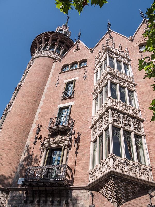 Façades barcelonaises... 43875828620_46766fc16c_c