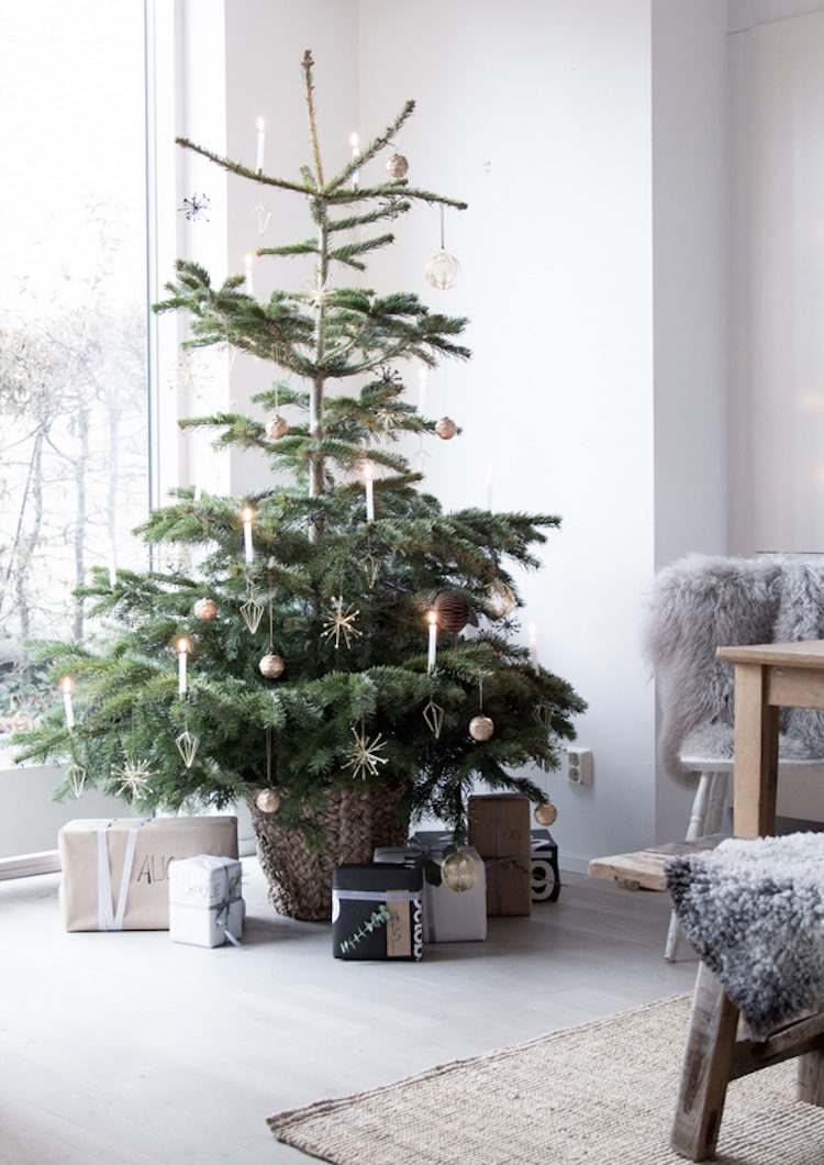 10 Ways to Decorate Your Christmas Tree - Minimalist Christmas Tree