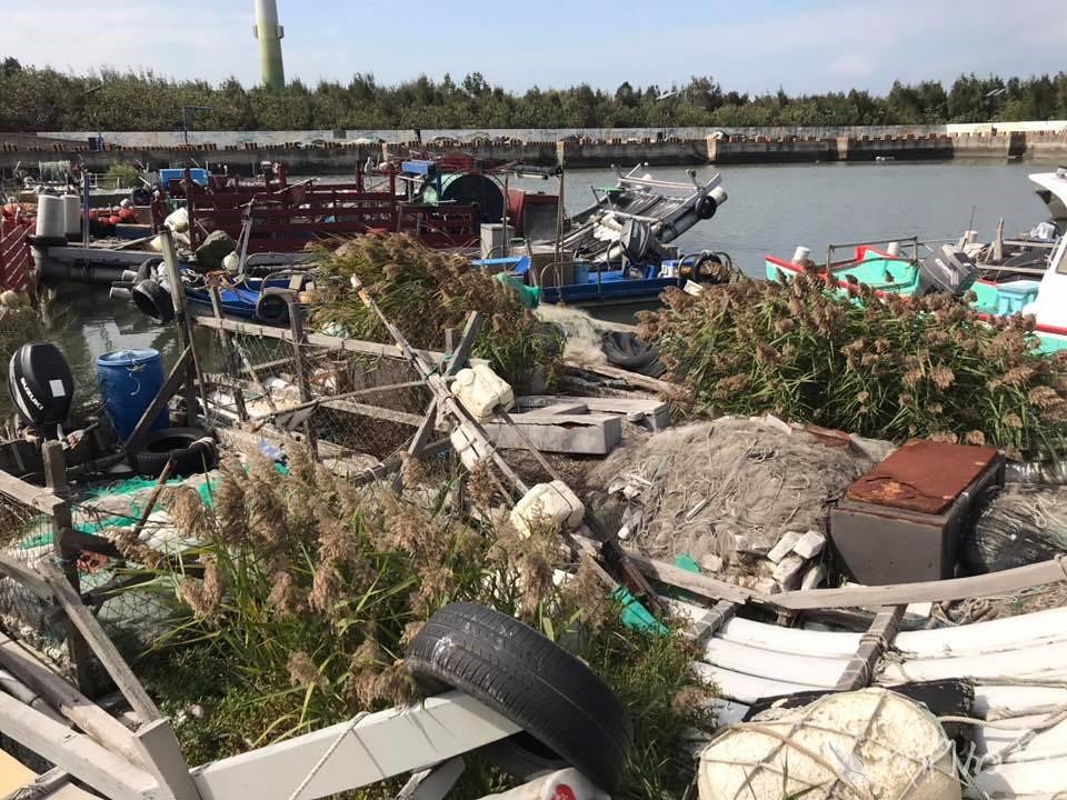 984-1-10台中市大安區溫寮漁港,廢棄漁筏上長滿濱海植物。