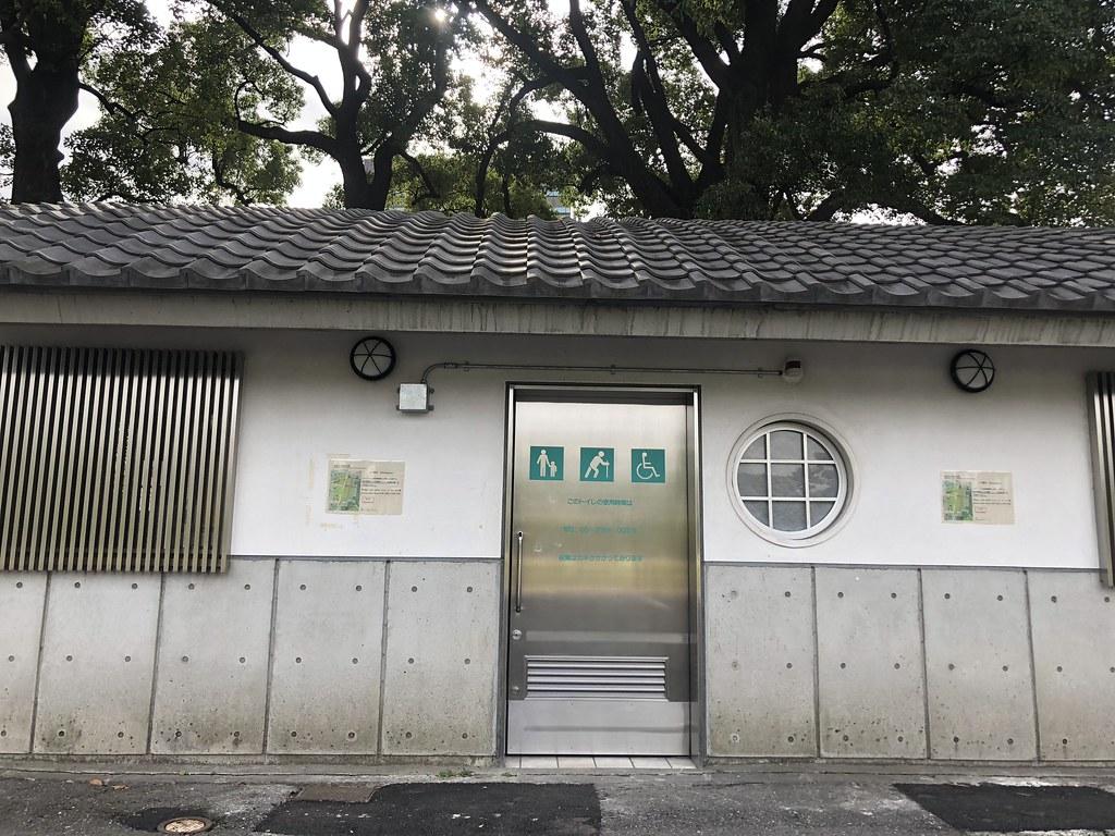 La entrada a unos baños públicos.