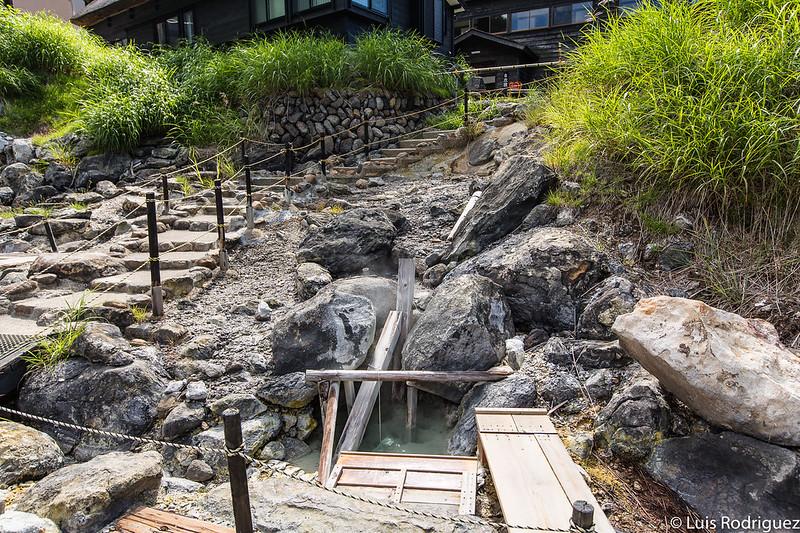 Agua termal que emana de la tierra en Kuroyu