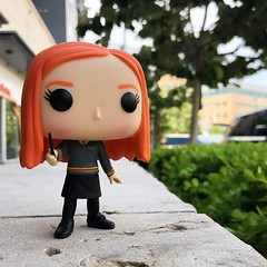 While I was taking this pic of Ginny Weasley, a pregnant lady sat down next to me and asked me which Pop this was. Then she told me she didn't have any yet, but she really wanted Elvira, Mistress of the Dark. The end. 288/415 #dailyfunko #harrypotter