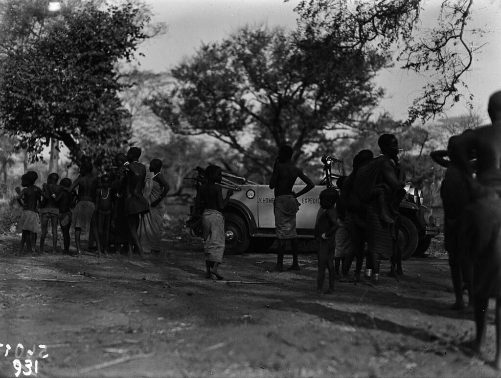 Чама. Группа людей перед экспедиционным транспортным средством