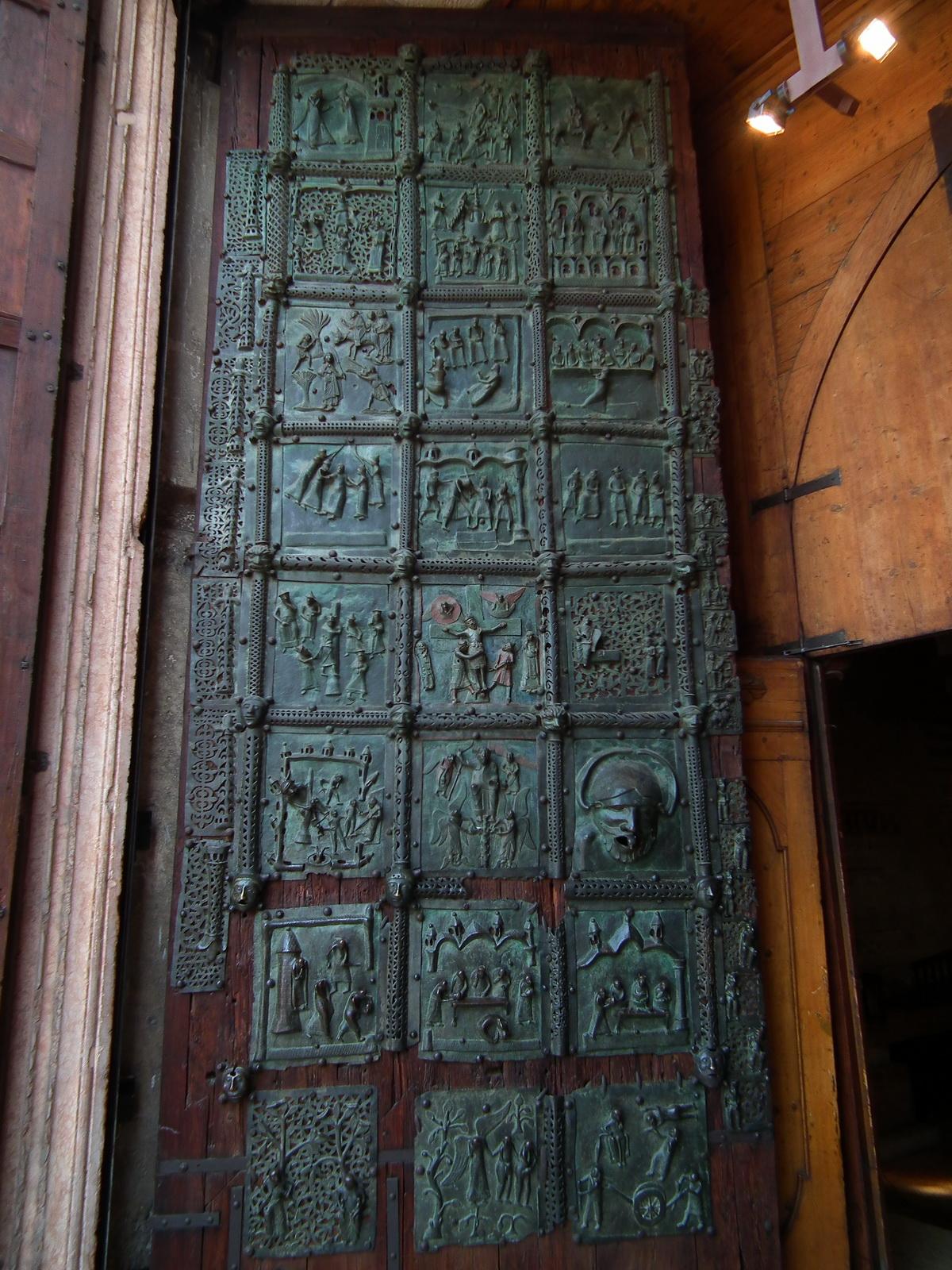 Verona,_Basilica_di_San_Zeno,_bronze_door_001