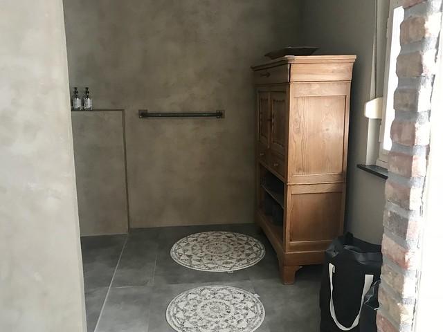 Houten kast in de badkamer
