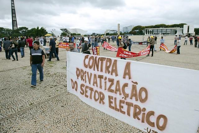 Trabalhadores do setor elétrico protestam contra venda de distribuidoras de energia pela Eletrobras, em frente ao Palácio do Planalto - Créditos: Marcelo Camargo | Agência Brasil