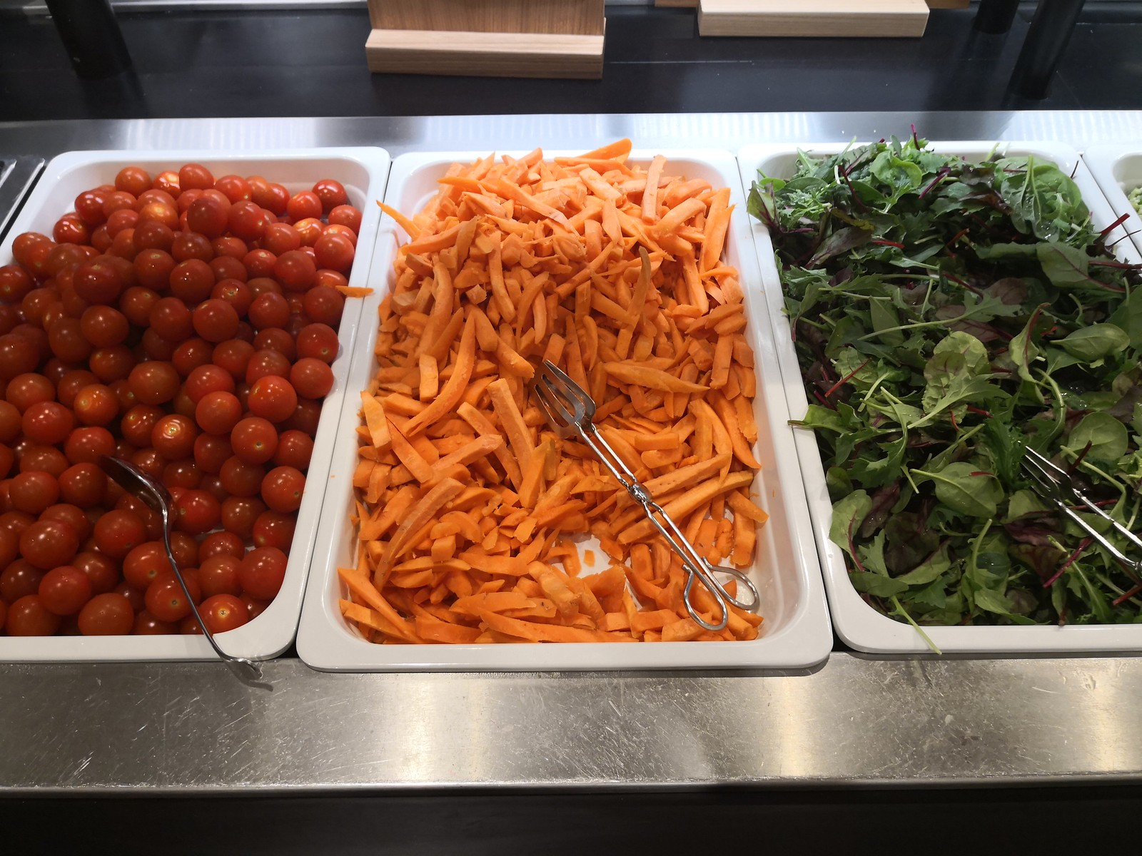 Tomatoes, carrots and mix salad