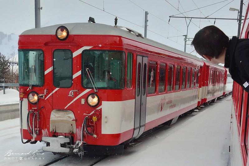Sedrun: croisement du train pour Andermatt avec celui pour Disentis Mustér, Voyage Bernard Grua - Glacier Express  - Matterhorn Gotthard Bahn