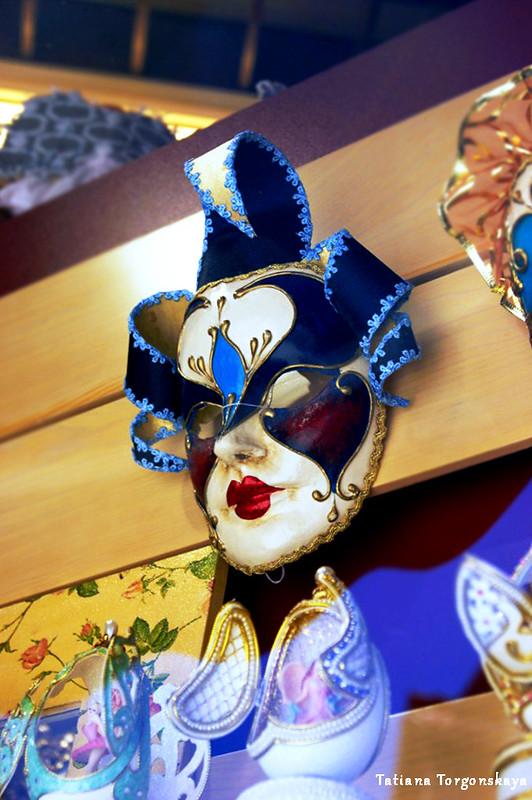 Карнавальная маска из которского сувенирного магазина