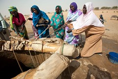 Women collect water manually from the only one well in Kuma Garadayat (North Darfur)