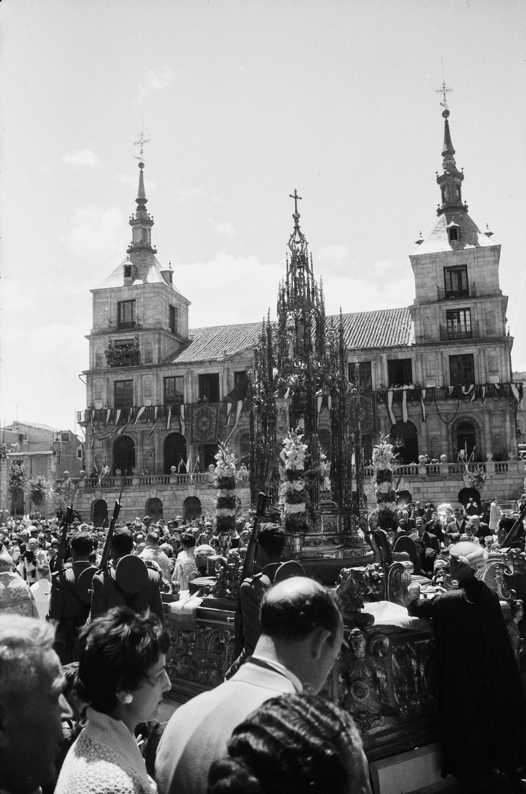 Custodia de Arfe frente al Ayuntamiento en la Procesión del Corpus Christi de Toledo en 1955 © ETH-Bibliothek Zurich