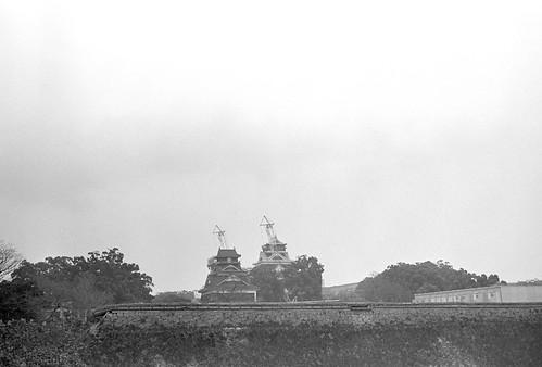 熊本城天守閣を二の丸公園より臨む