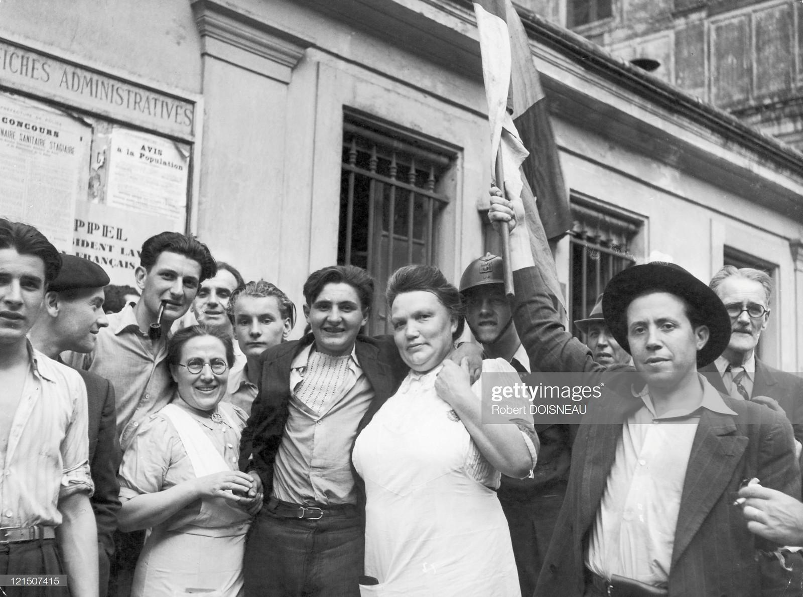 1944. Парижане празднуют освобождение