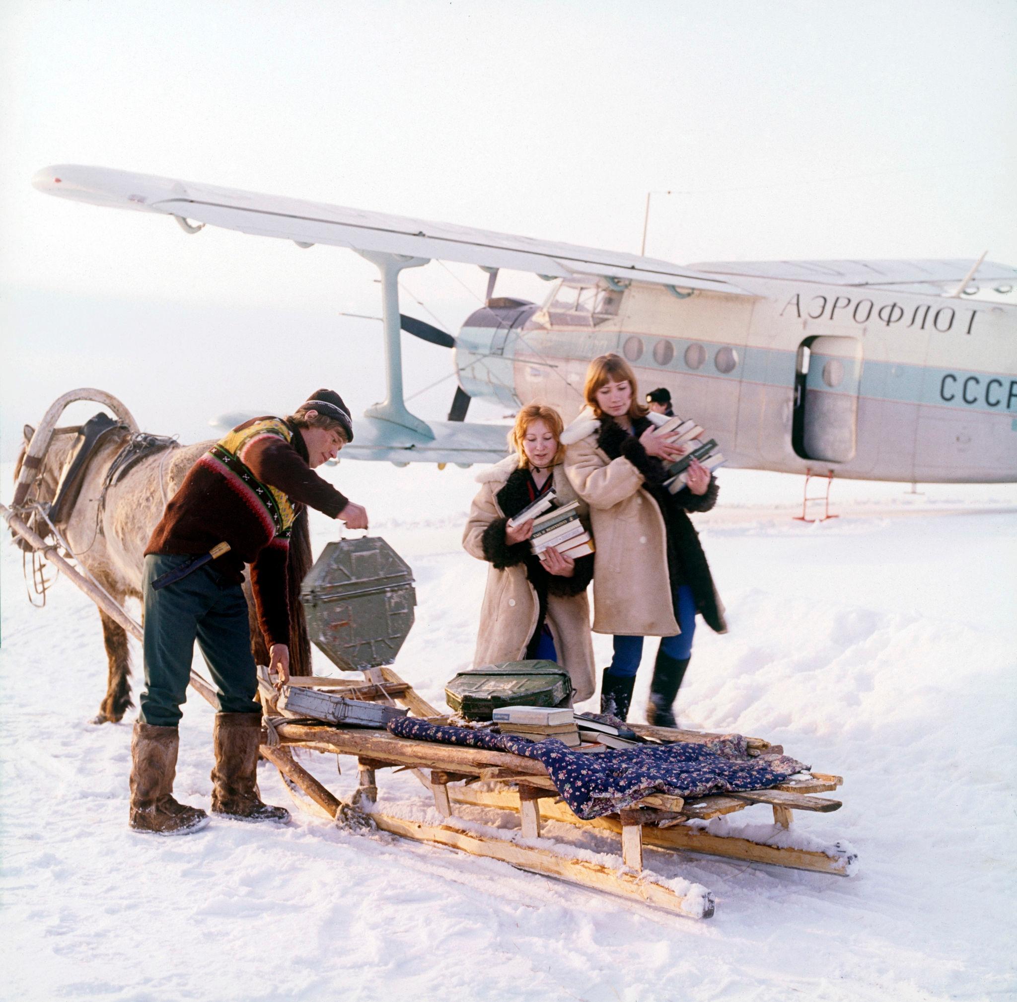 1970-е. Лена, таежная метеостанция Китулья, прибытие транспортного самолета (2)