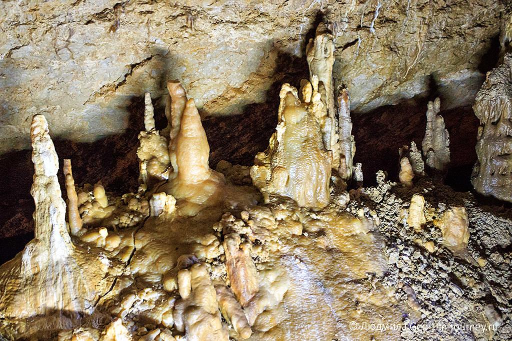 Мраморная пещера, в которой очень много сталактитов