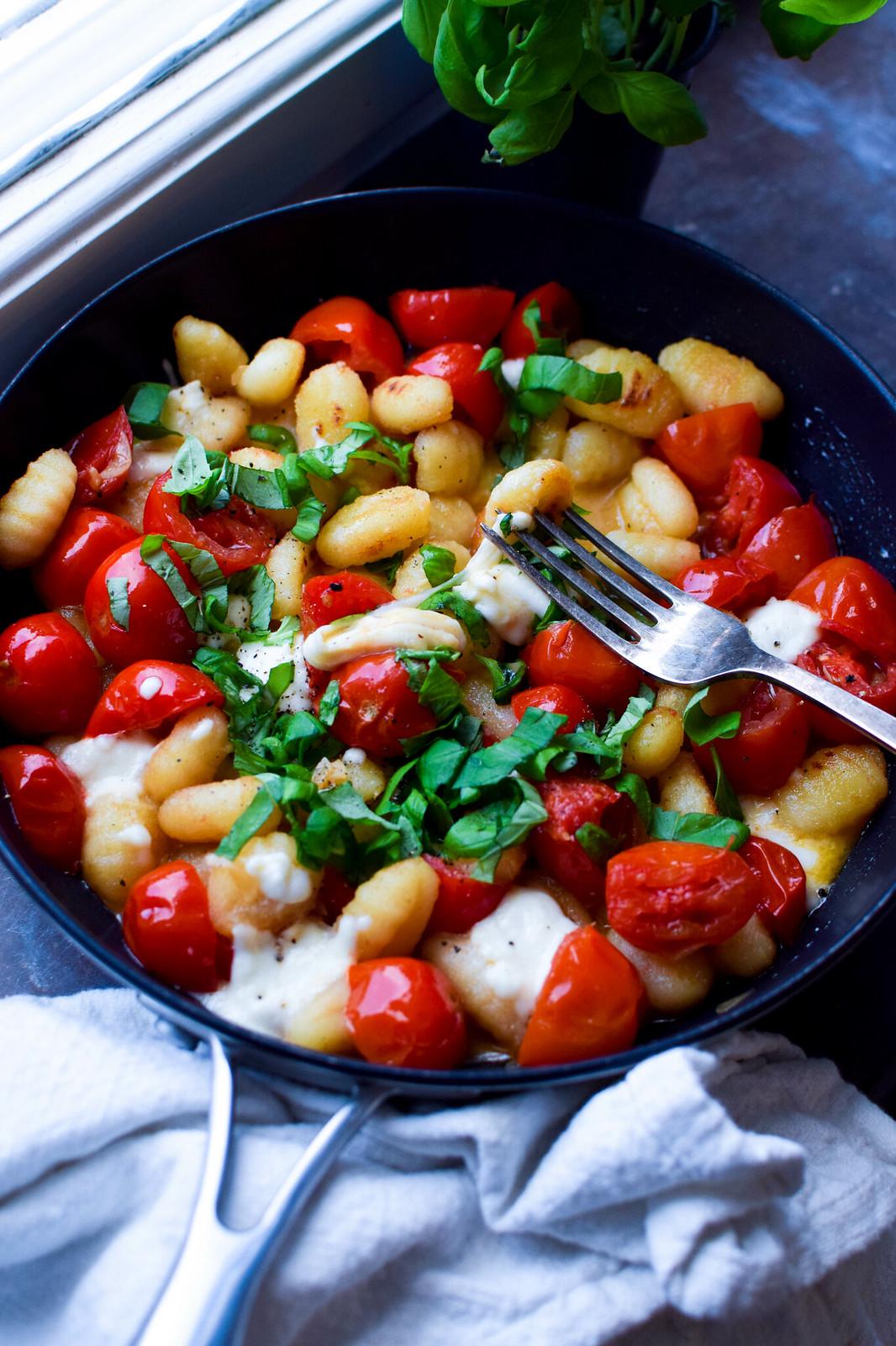 smörstekt gnocchi tomat mozzarella basilika
