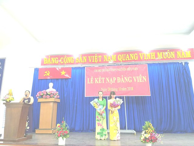 Chi bộ trường THPT Nguyễn Hữu Tiến kết nạp đảng viên mới