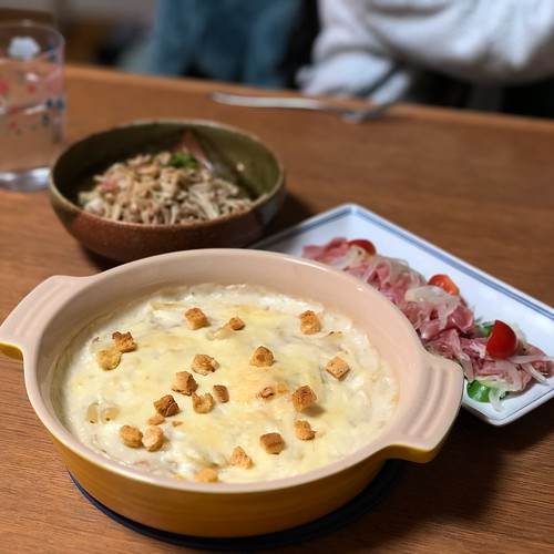 マカロニグラタン、きのことベーコンのソテー、生ハムのサラダ