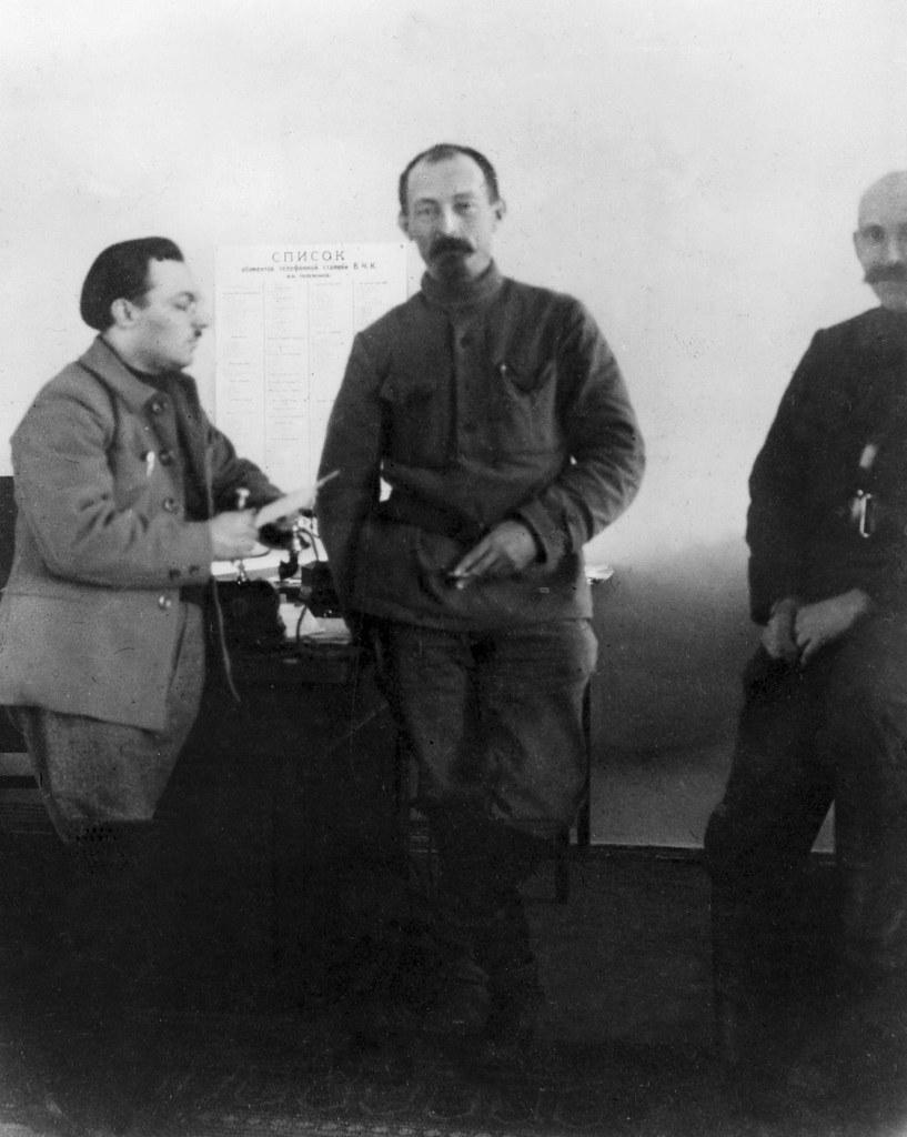 1924. Феликс Эдмундович Дзержинский в своем кабинете с В. А. Гершоном (слева) и А. Ю. Беленьким (справа)