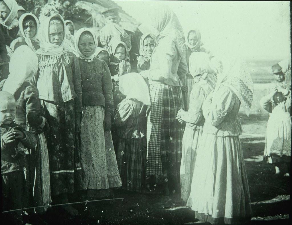 Группа девочек в многочисленных одеждах