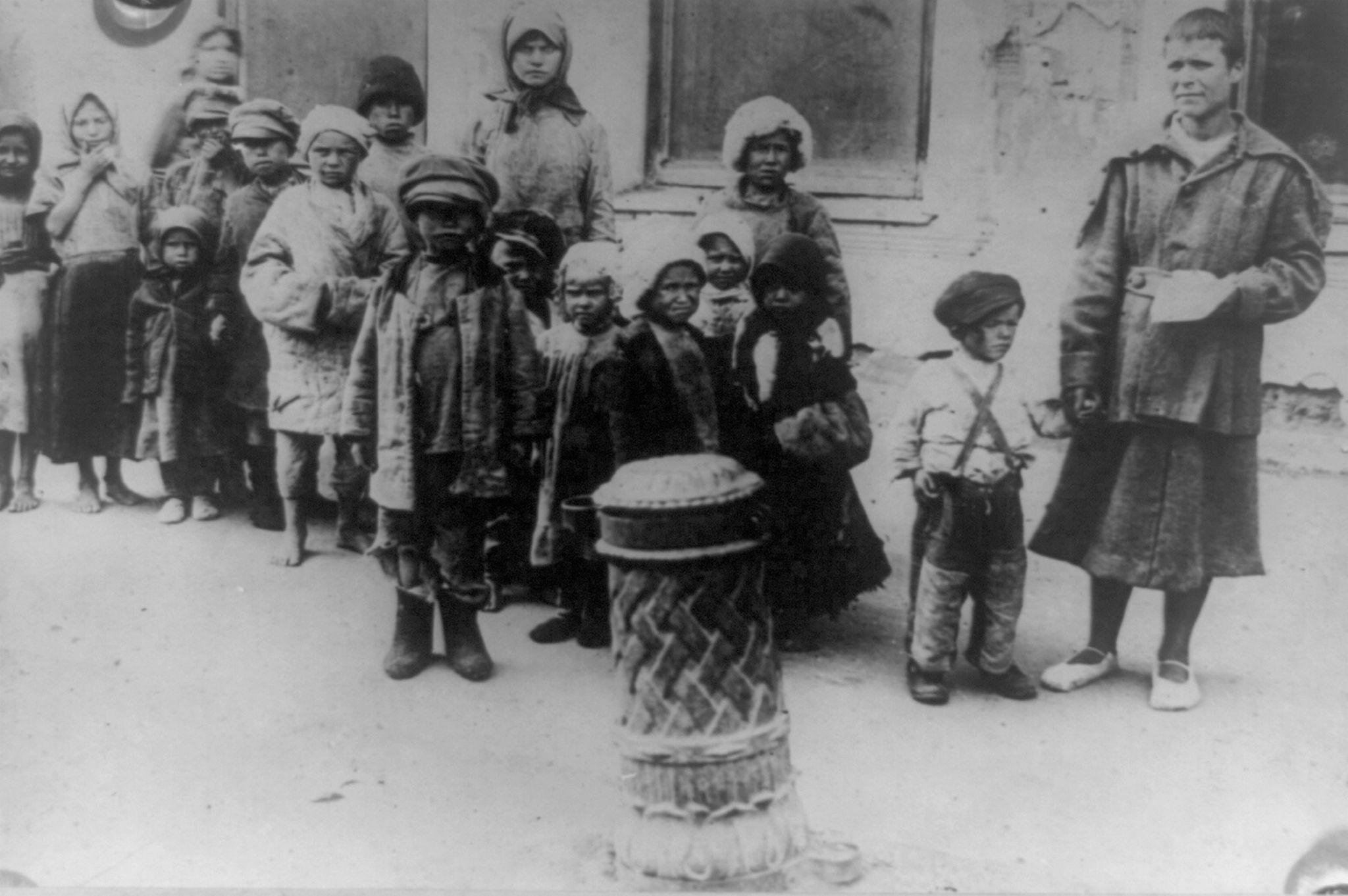 Группа детей, оставленных своими родителями. Поволжье