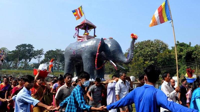 Umat Buddhis melakukan prosesi membawa jubah Kathina di atas replika gajah di Vihara Rajavana, Rangamati, Bangladesh