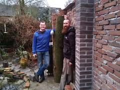 Henk-Jan en ik bij de boomstam