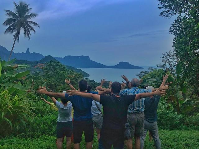 El grupo del primer viaje de autor a Santo Tomé y Príncipe (Viaja con Sele) en el mirador de Oqué Daniel