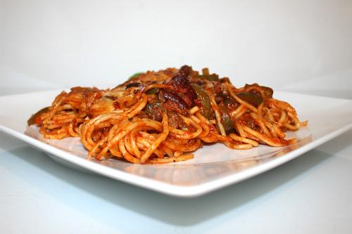 29 - Baked spaghetti with green pepper & kidney beans - Side view / Gebackene Spaghetti mit grüner Paprika & Kidneybohnen - Seitenansicht