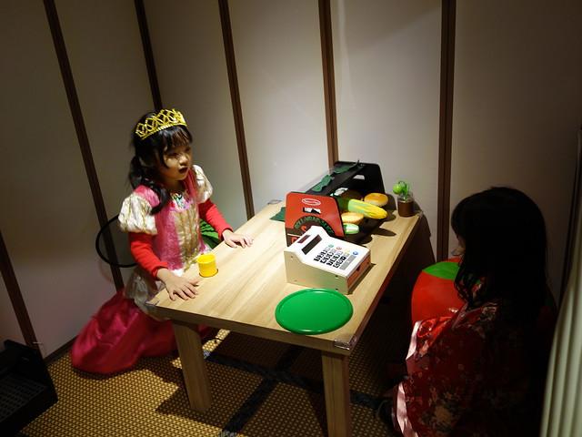 小公主們換了第二套衣服來吃壽司@遊戲愛樂園大直ATT店水果公園