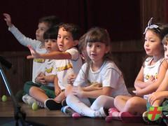 Aula aberta - Alunos e Famílias do Maternal interagem durante aula de Musicalização