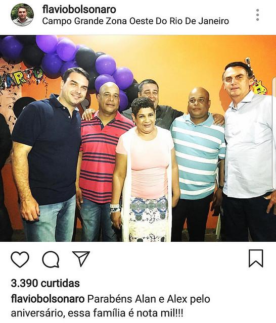 Flávio e Jair Bolsonaro compareceram ao aniversário de gêmeos milicianos na zona oeste do Rio  - Créditos: Reprodução