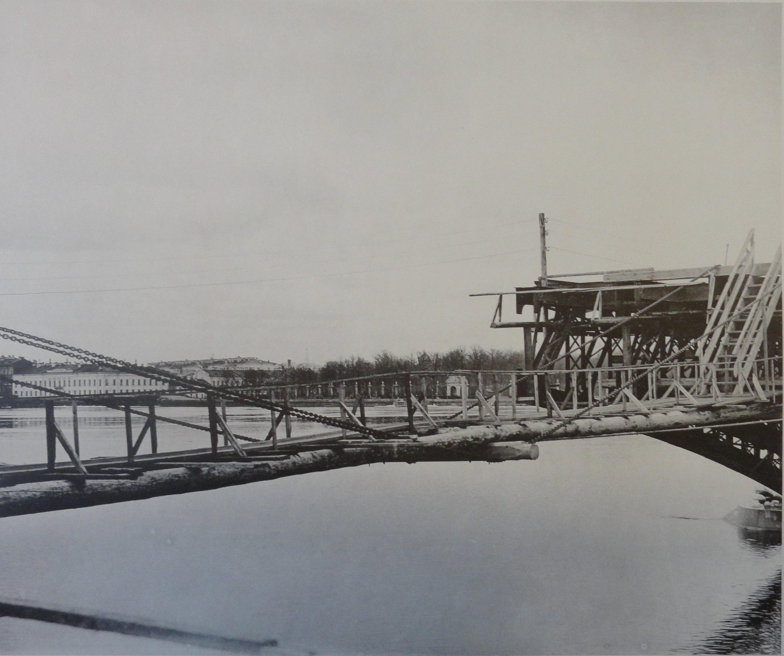 1901. Временный висячий мостик между консолями правого крайнего и среднего пролетов. 8 апреля